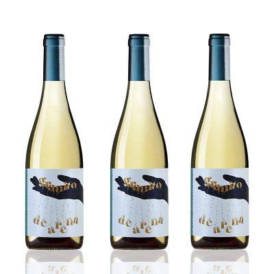 tres botellas de vino blanco granito de arena