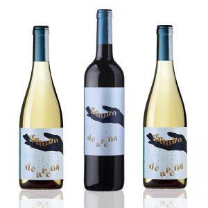dos botellas de vino blanco y una de tinto