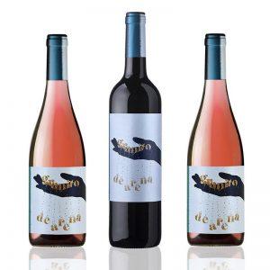 dos botellas de vino rosado y una de tinto granito de arena