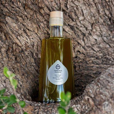 botella aceite transparente en olivo
